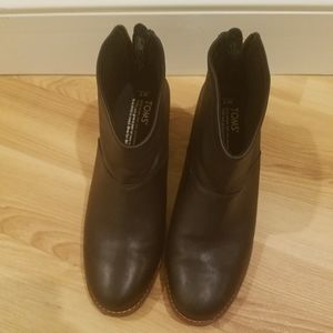 EUC Toms leather zip-up booties; size W 7